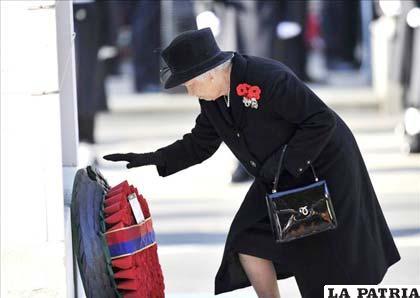 La reina Isabel II de Inglaterra ofrece sus respetos ante el cenotafio que se alza en recuerdo de los militares en la avenida gubernamental de Whitehall
