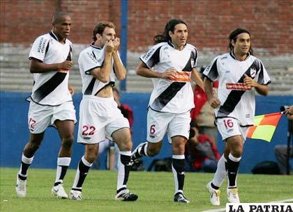 Jugadores del Danubio celebran la victoria ante Peñarol