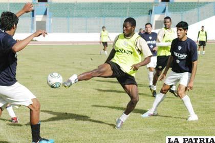 San José y Oruro Royal disputaron ayer un partido de preparación