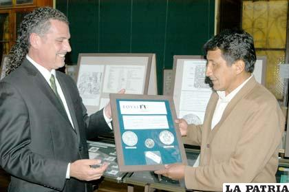 Dante Coladonato entregó el premio de Royal Silver Company a Hipólito Siles Colquehuanca