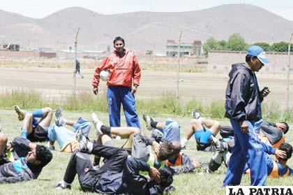 Integrantes de San José en el trabajo regenerativo, en su escenario deportivo