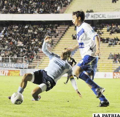 Ferreira y Herrera disputan el balón
