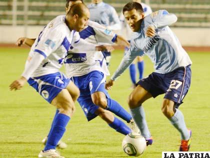 Sergio Jáuregui disputa el balón con Jhasmani Campos