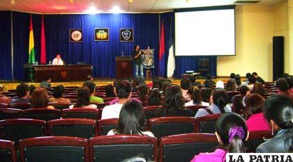 El expositor Roger Prado de la UPEA motiva a universitarios a generar emprendimientos empresariales