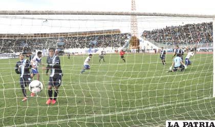 """El gol de Ronald Puma le sirvió a los """"santos"""" para vencer el partido por 2-1"""