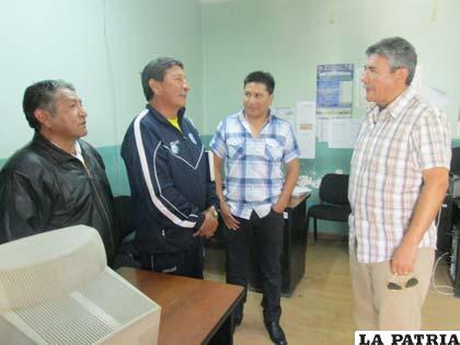 Dirigentes en diálogo con el Director de la FLCC Cnl. Rubén Segada