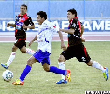 Abdón Reyes domina el balón en el partido de ida jugado en Oruro