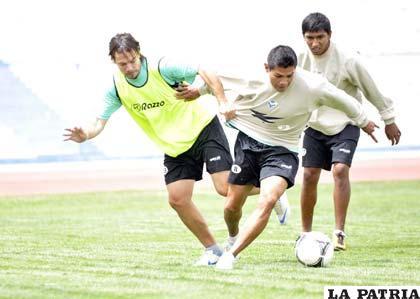Bonafina y Torrico disputan el balón en el entrenamiento de ayer
