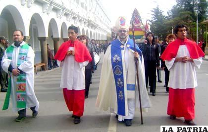 Obispo Cristóbal Bialasik y la cofradía que encabezó ayer el Primer Convite