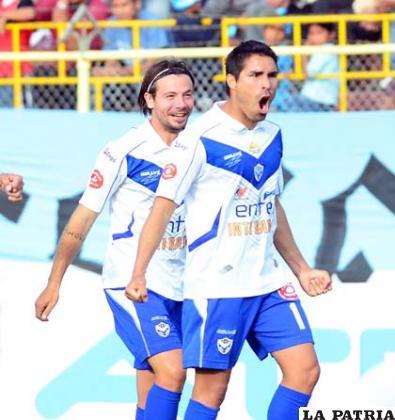 Bonafina y García celebran el primer gol de San José