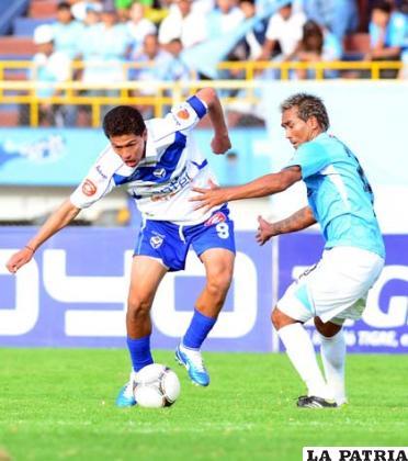 Carlos Saucedo, autor del segundo gol, disputa el balón con Robles (foto: APG)