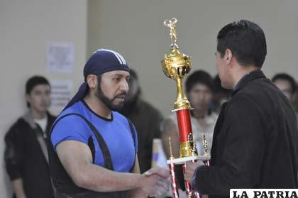 Robert Callapa recibe el trofeo de campeón
