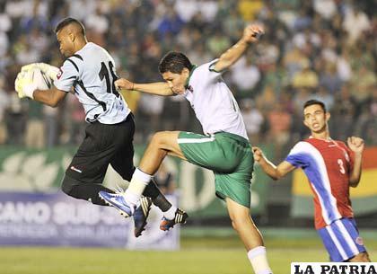 Carlos Saucedo fue el que de manera permanente buscó el arco contrario (foto: AFKA)