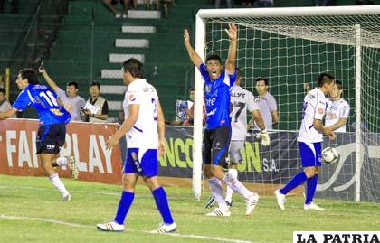 Hernán Boyero celebra el tanto de apertura en el partido (foto: AFKA)
