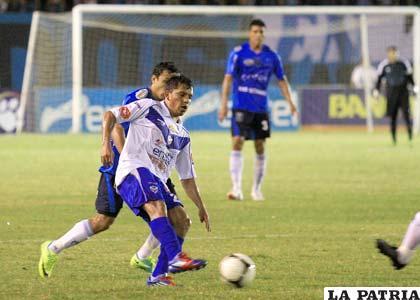 Abdón Reyes intenta dominar el balón (foto: AFKA)