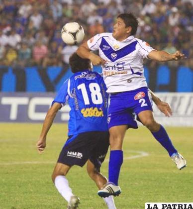 El defensor  Luis Palacios, de San José, despeja el balón  (foto: AFKA)