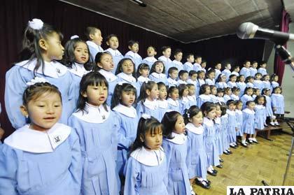 Niños realizaron una presentación inolvidable en el Paraninfo de la UTO
