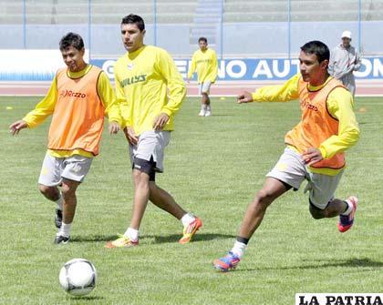 Cristian Ruiz (centro) será titular el domingo