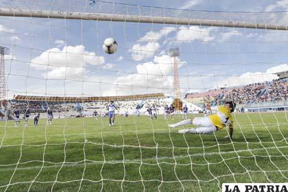 Carlos Saucedo anotó el empate mediante lanzamiento penal