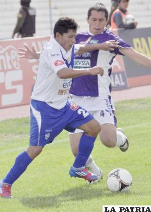 Abdón Reyes domina la pelota