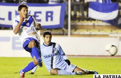 Abdón Reyes autor del primer gol de San José, deja en el camino a Tobías Albarracín (foto: APG)