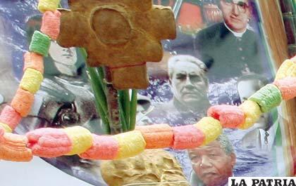 Izquierda abajo, imagen de Mandela en tumba del Viceministerio de Descolonización