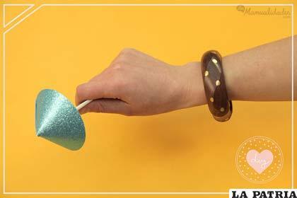 PASO 9 Espera a que la pintura seque y luego retira los trozos de cinta. Obtendrás una pulsera decorada en forma más que original