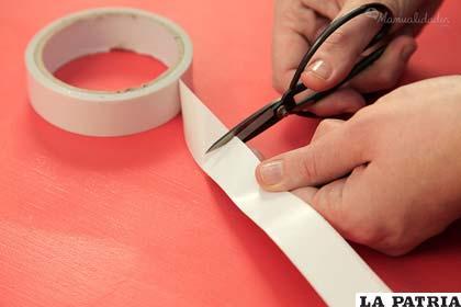 PASO 2 La tijera para cortar la cinta en forma prolija.