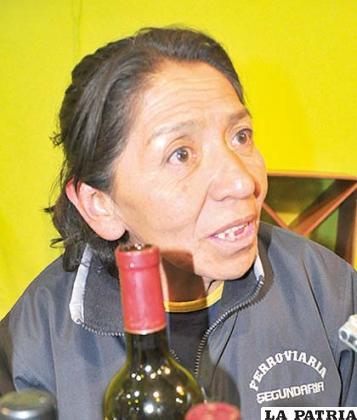 """ESTHER MARTÍNEZ(Vinos Casa Vieja Doña Vita): """"Los vinos son una tradición de Tarija, su calidad es innegable y sobre todo nuestro producto, por eso queremos compartir este placer con la gente de Oruro y del país a través de Expoteco, que es una especie de ventana mediante la cual estamos ofreciendo nuestros vinos de larga tradición, como nuestro nombre que hace alusión a una casona construida hace 408 años en el tiempo de la Colonia, que cuenta con viñedos y bodegas""""."""