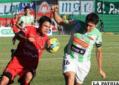 Oscar Díaz y Ronald Raldes en la disputa del balón