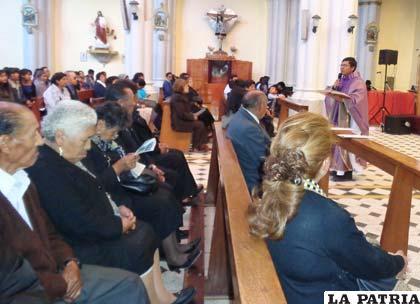 Feligreses honraron a sus difuntos con una misa