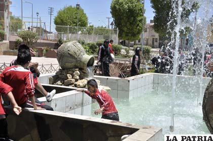 Escolares entran en las fuentes de agua para refrescarse