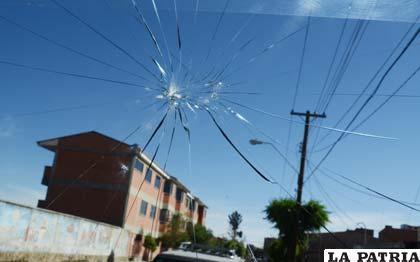 El vidrio quedó afectado por la pedrada