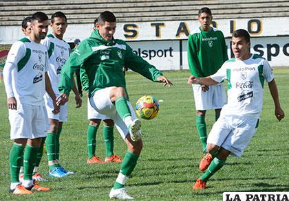 El combinado boliviano ayer realizó una práctica futbolística en el estadio de Achumani /APG