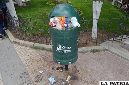 Papeleros rebalsaron de basura, ayer