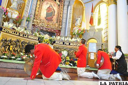 Los músicos también demostraron su fe a la Virgen del Socavón