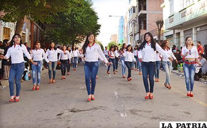 Agraciada participación de los caporales ENAF, bloque femenino