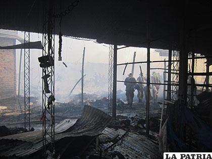 Feroz incendio acabó con mercadería de cientos de comerciantes /APG