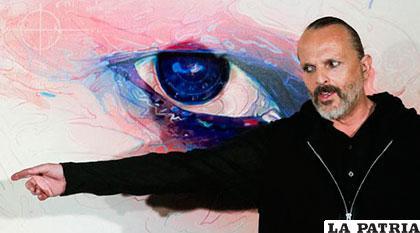 Miguel Bosé junto a una de las obras de Andy Warhol /elcomercio.com