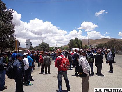 Mineros de Colquiri se movilizaron en puertas de Vinto