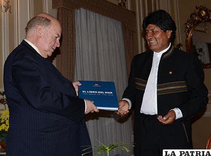 José Miguel Insulza, cuando fungía como Secretario General de la OEA, recibió el Libro del Mar del Presidente Morales /ABI