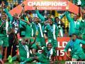 Festejan los nigerianos con el trofeo de campeón /laestrella.com