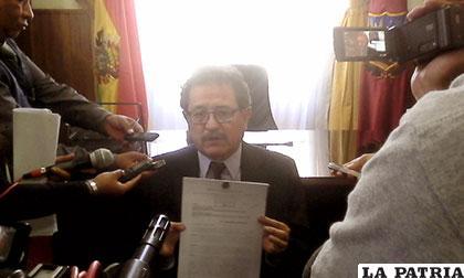 Alcalde muestra carta donde ratifica que no se pagará el bono a trabajadores ediles