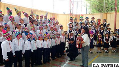 Presentación de los niños de la escuela España /Unidad Educativa España