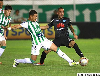 Hugo Souza disputa el balón con Mauricio Prieto /APG
