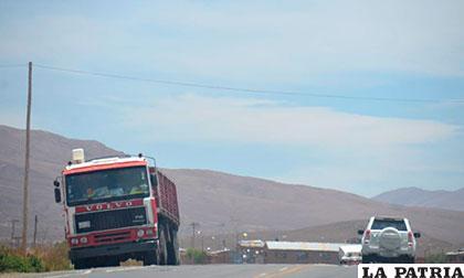 Camión estacionado en la carretera Oruro - Potosí