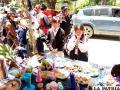 Niños rezan frente a la tumba armada por el Municipio orureño