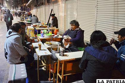 Solo cinco señoras se dedican a la venta de api en las afueras del mercado Campero