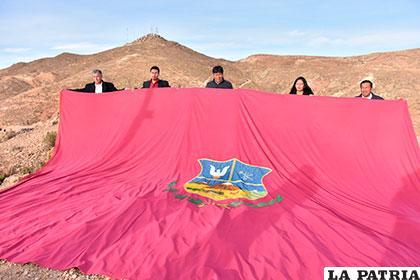 La bandera que flamea en el cerro Pie de Gallo /Juan Luis Soliz