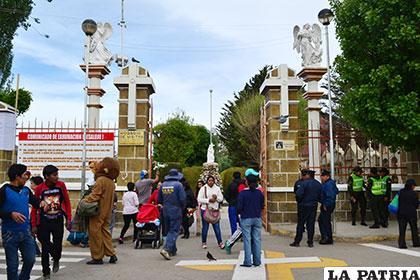 El Cementerio General congregó a gran cantidad de ciudadanos